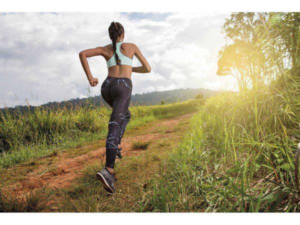 Fotomural Vinilo Running Chica en Top | Carteles XXL - Impresión carteleria publicitaria
