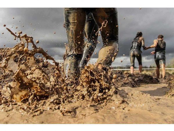 Fotomural Vinilo Running por el Barro | Carteles XXL - Impresión carteleria publicitaria